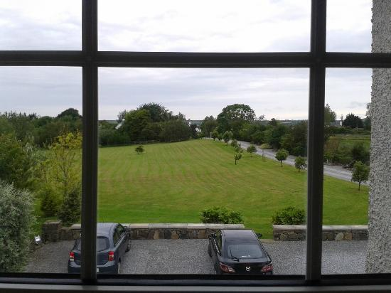 Glin, Irland: Looking at the front yard from our room