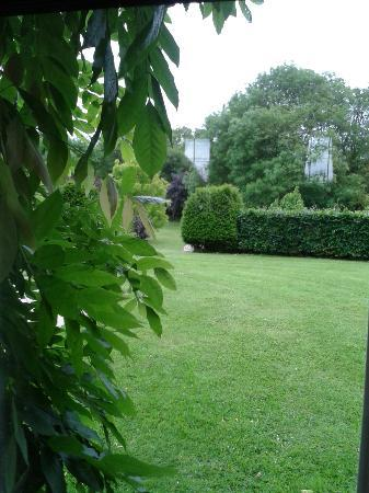 Glin, Irland: Back yard garden from the breakfast table