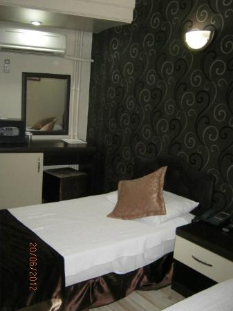 Bilinc Hotel: bedroom with 2 single beds