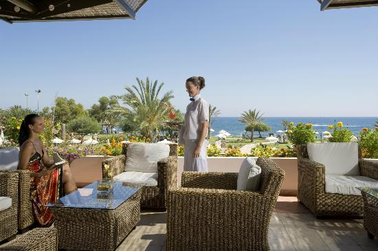 Constantinou Bros Athena Royal Beach Hotel: Athena Royal Beach Hotel - Veranda