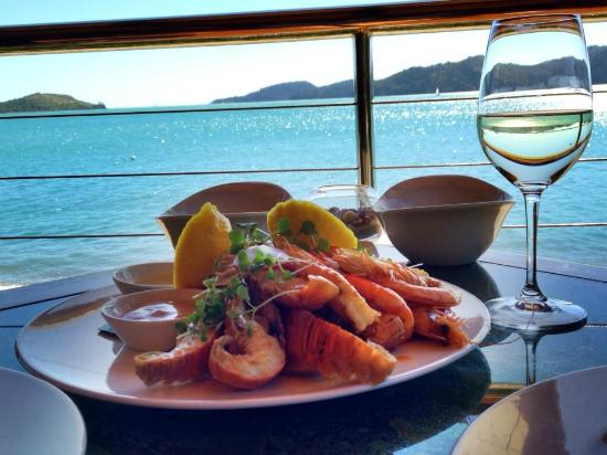 Qualia Resort: Seafood platter at Pebble Beach Restaurant