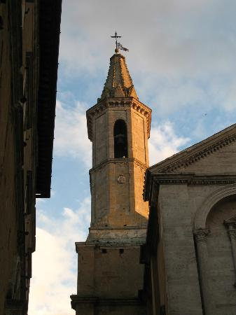 Piccolo Hotel La Valle Pienza: Steeple at sunset