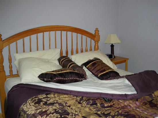 Graystone Cottages: comfortable and clean bed