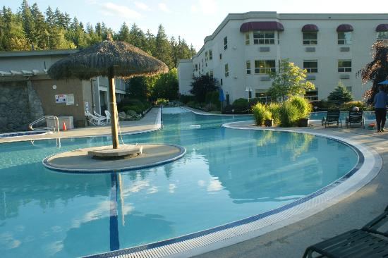 Podollan Inn: The pool with island