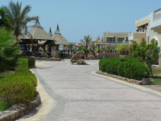 Faraana Reef Resort: hotel grounds