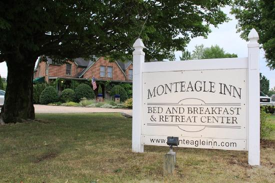 Monteagle Inn & Retreat Center: Inn sign from the sidewalk in front