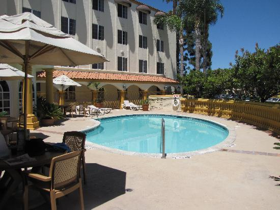 Hampton Inn & Suites Santa Ana/Orange County Airport: Outdoor swimming pool