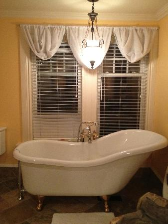 ‪‪Creighton Manor Inn Bed and Breakfast‬: The Tub
