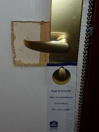 BEST WESTERN Hotel Arene: Not sure *what* happened to this door.