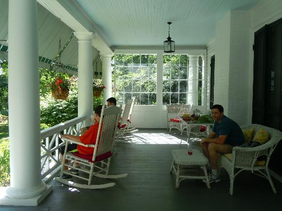 ‪‪Birchwood Inn‬: Relaxing on the front porch‬