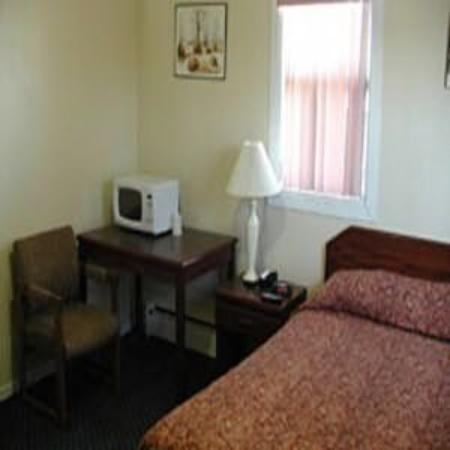 Niagara Inn Downtown: Room