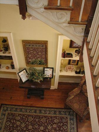 Hale Springs Inn: Looking down to 2nd Floor Hall
