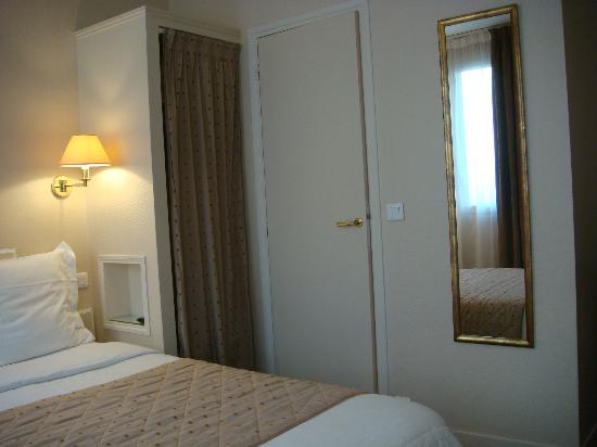 Royal Magda Etoile Hotel: Wardrobe and Bathroom Door