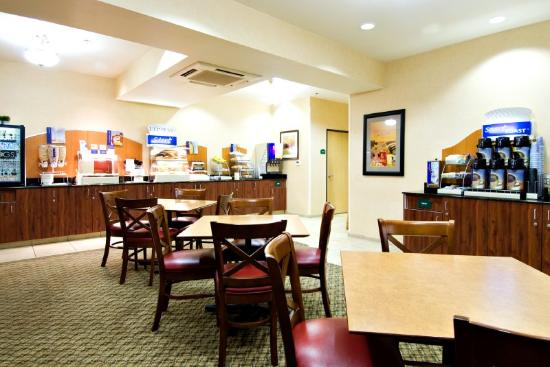Holiday Inn Express Springfield: Breakfast Bar