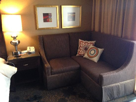 Hilton Santa Fe Historic Plaza: Interesting corner sofa in the room