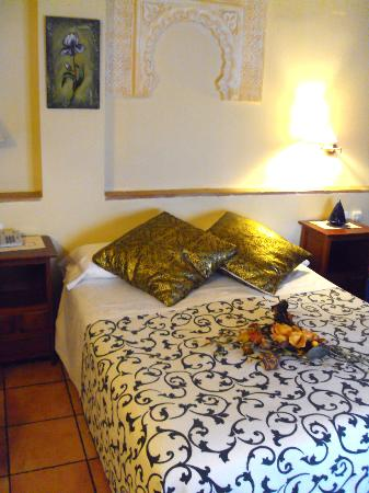 Abadia Hotel Granada: Our cute, traditional room, just like it had been pictured!