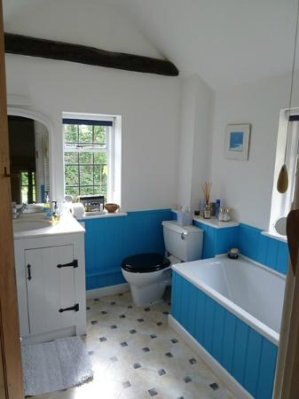 Yew Tree Cottage Bed and Breakfast: The Beamed Room's deep soaking tub