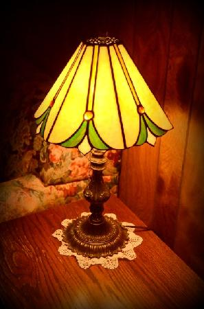 Mount Shasta Ranch Bed and Breakfast: Pretty lamps in the Southeast room