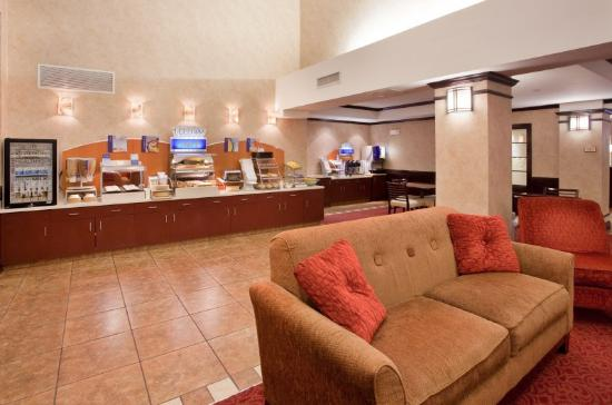 Holiday Inn Express Hotel & Suites Andover/East Wichita: Breakfast Area
