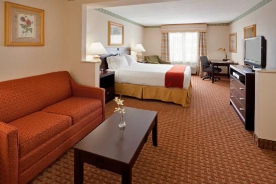 Holiday Inn Express Hotel & Suites Easton: Expect to rest and reset in one of our king suites