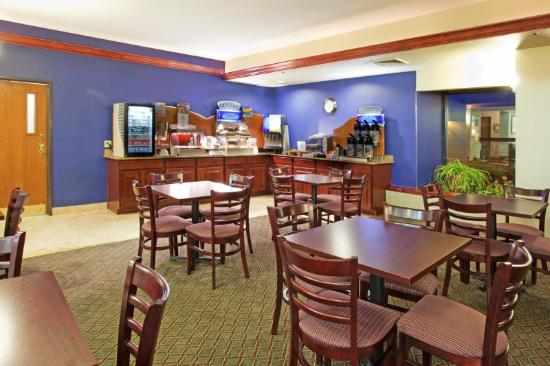 Holiday Inn Express Hotel & Suites Aurora: Breakfast Area at the Holiday Inn Express & Suites