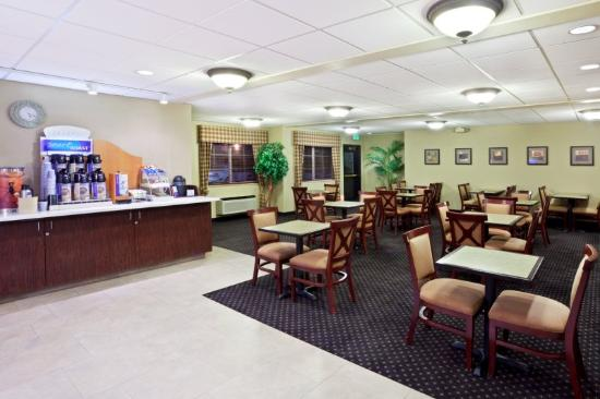 Holiday Inn Express Portland (Airport Area) : Spoil yourself with coffee while watching morning