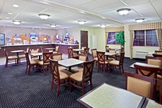 Holiday Inn Express Portland (Airport Area) : Indulge in the selection of hot foods and fruits