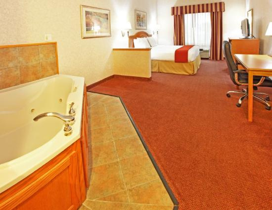 Holiday Inn Express Hotel & Suites Longview-North: Jacuzzi Suite