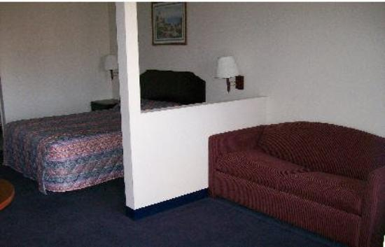 American Inn & Suites: Guest room