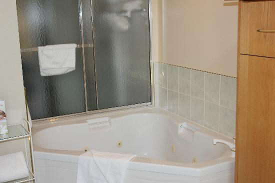 Waterton Glacier Suites: Bath Tub