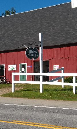Franconia Inn: Horse stable and bicycles!