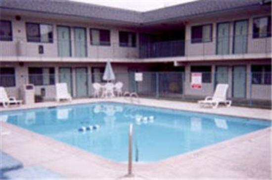Motel 6 Tulsa East: Outdoor Pool