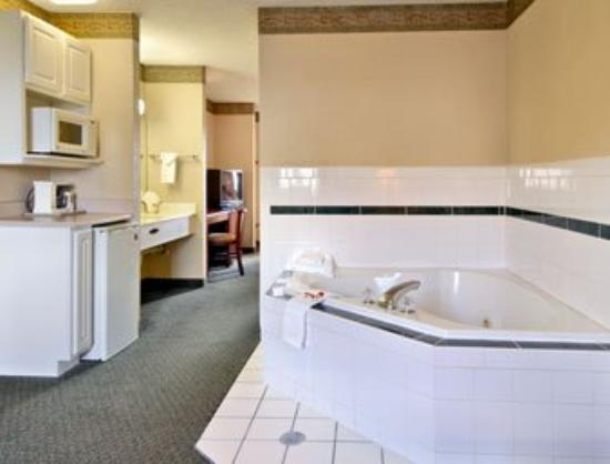 Super 8 Motel Indianapolis / NE / Castleton Area: Jacuzzi Suite