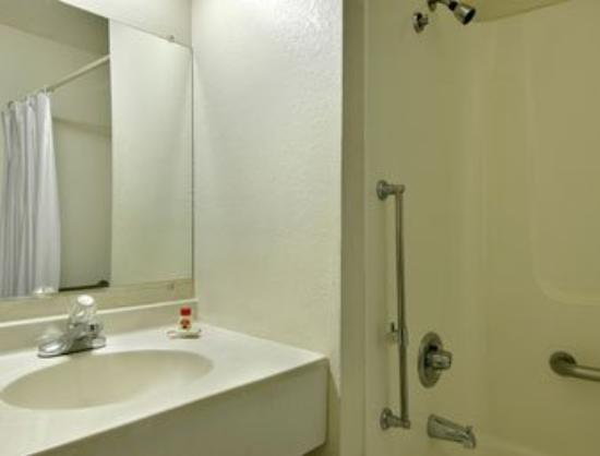 Super 8 Willows: Handicap Bathroom
