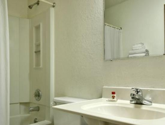 Super 8 Willows: Bathroom