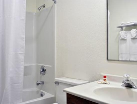 Super 8 Motel Nyack: Bathroom