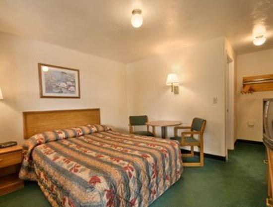 Super 8 North Attleboro: Standard King Bed Room