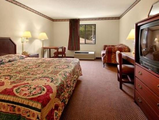 Super 8 Memphis Airport East: Standard King Bed Room