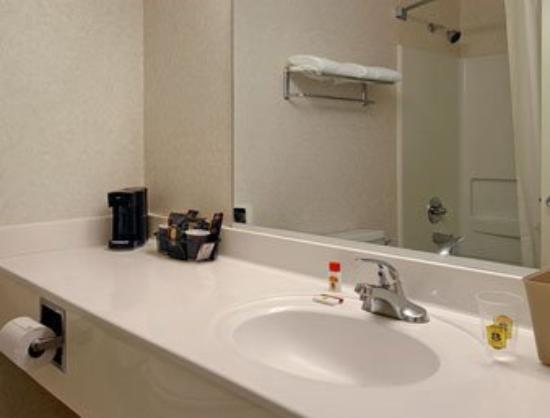 Super 8 Memphis Airport East: Bathroom