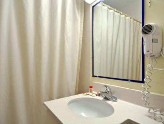 Super 8 Somerset/Fall River Area: Bathroom