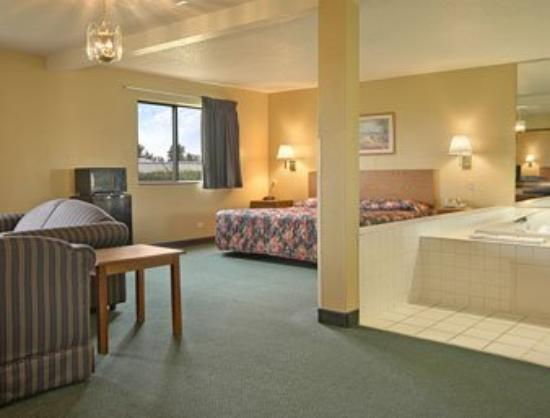 Super 8 Joliet I-55 North/Chicago Area: Large Whirlpool Suite