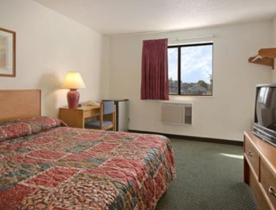 Super 8 Carlisle South: Standard Queen Bed Room
