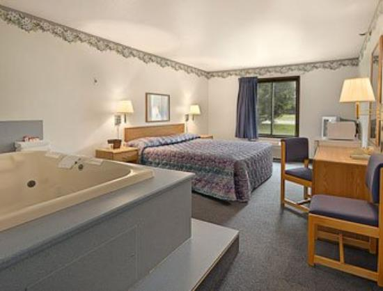 Super 8 Roseville / St Paul: Jacuzzi Suite