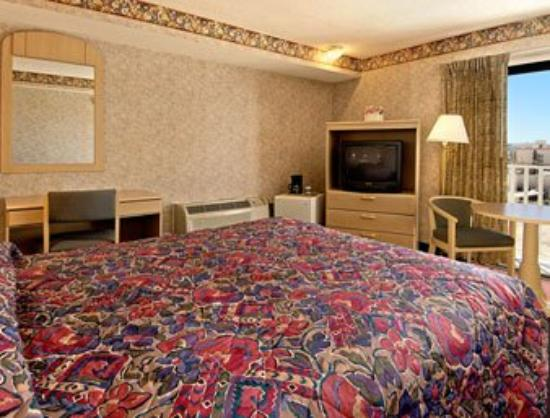 Super 8 Atlantic City: Queen Bedroom w/ Balcony