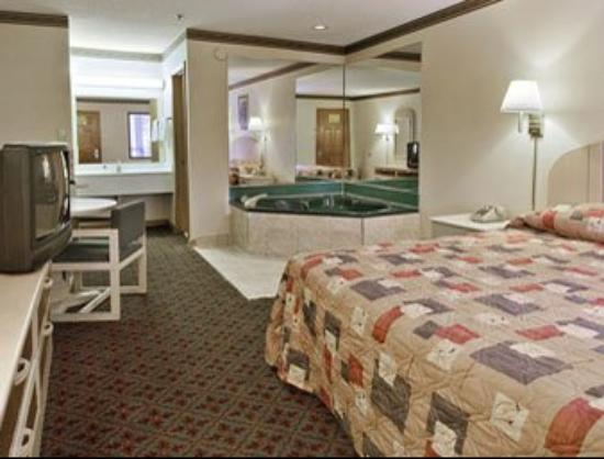 Super 8 Forest Park/Stadium: Jacuzzi Suite