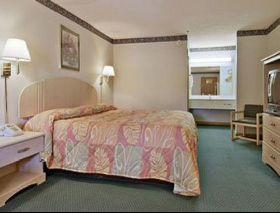 Super 8 Forest Park/Stadium: Standard King Bed Room