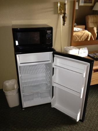 Comfort Inn &amp; Suites N at Pyramids: fridge and microwave