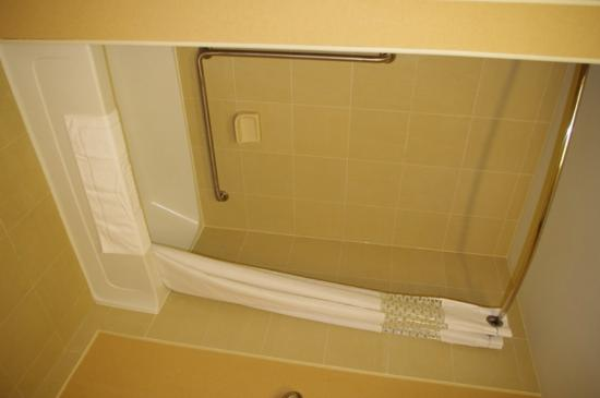 Hampton Inn Sudbury: Bath tub with shower fixtures