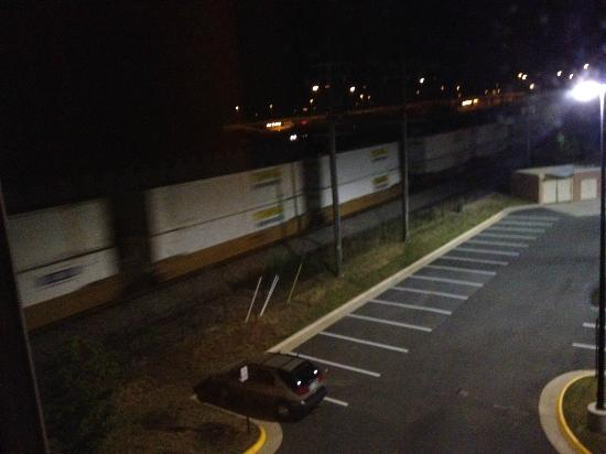 Hampton Inn Gainesville-Haymarket: Freight train behind hotel
