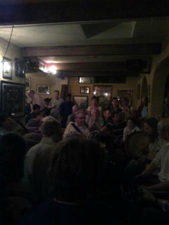 Hotel Doolin: session in full swing in the pub